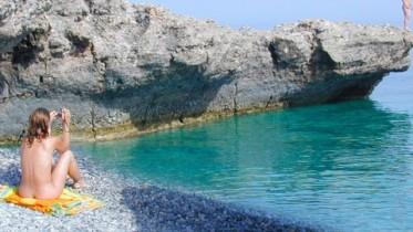Le piccole isole con le loro calette danno un senso di libertà in più. Qui la caletta con la bella turista è a Pantelleria.