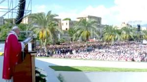 Per il Papa puntualmente, un pubblico più che da stadio.