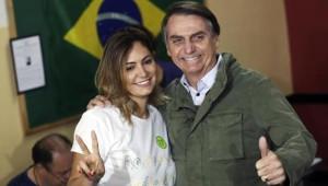 Bolsonaro con la moglie che gli ha dato 5 figli.