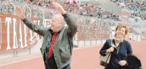 Vittorio Morace e signora acclamati dalla folla dei tifosi del Trapani allo stadio. Ha fondato una fabbrica di aliscafi e battelli veloci per trasporto di persone sul mare, assente in Sicilia dopo la chiusura di Rodriguez: incriminato.
