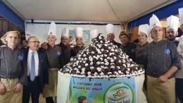 La festa è anche un gran dolce: dopo i Guinnes della gran cubaita e della cassata, è stato l'anno del profiterole... A sx nella foto si riconosce il nuovo presidente Nino Carlino, industriale delle conserve di pesce salato.