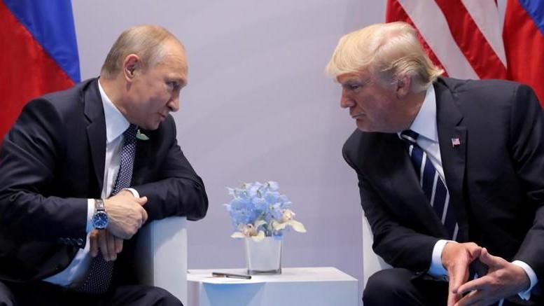 """Putin che fai? In Europa  in tanti ti vogliono. Trump vuol trattare, tanto da farsi sospettare a casa sua... E tu? Punti i missili addosso  all'Ue? Proprio ora? Eppure anche tu sei di certo molto molto intelligente... Si noti come ambedue sono vestiti decisamente """"all'europea"""". Così fan tutti: L'Europa per molto tempo ancora venderà al mondo cultura, signorilità ed eleganza. Anche tutto ciò ha un valore """"di mercato"""": Ciò non guasta, perché - lo si voglia o meno - tutto è mercato..."""