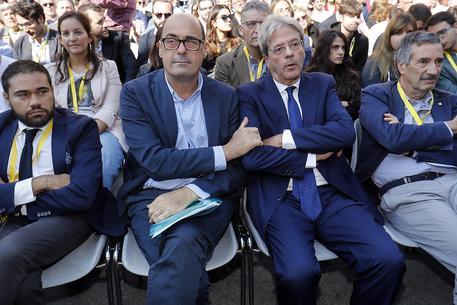 Nicola Zingaretti semi abbracciato a Paolo Gentiloni in un momento del congresso. Fonte foto: ANSA/Riccardo Antimiani
