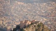 """Il Castello Utveggio e Palermo: le due """"realtà"""" si ammirano l'un l'altra. Qui da un elicottero se ne ha un'immagine insolita e anch'essa molto suggestiva: tutta bellezza più immaginata che vissuta: Palermo è anche una sequela di sogni inespressi."""