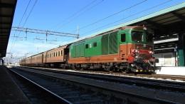"""Locomotiva D445 e treno storico con vagoni """"centoporte"""". Il presidente Musumeci """"promette"""" presto  anche viaggi con locomotiva a vapore. In pratica un vecchio glorioso locomotore e antichi vagoni: tutto tirato a lucido per la gioia di turisti grandi e piccini."""