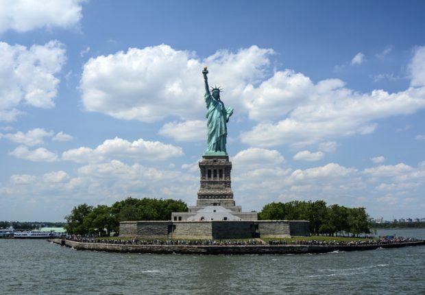 Il sogno della Libertà nella statua donata agli Usa dalla Francia: la strada si rivela molto più lunga di quanto illuministi e rivoluzionari avessero sognato. La nostra società è sempre la peggiore possibile, tolta, però,ogni altra (Churchill). Che fare? Un modo più cinico, tipico di Churchill, per ammettere - tuttavia - con Leibnitz che il nostro è il migliore dei mondi possibili... Bisogna accettare che la realtà - molteplice e composita -  sia fatta di apparenti contraddizioni.