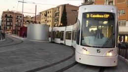 Tram ferroviario a Palermo: una follia. Qui la stazione occupa un'intera  èiazza: E ce n'è poche... A Messina li stanno abolendo.