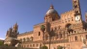 """L'esterno della cattedrale di Palermo: un merletto... E' il risultato - nel corso di molti anni - del gusto di vari architetti, fra cui il grande Venanzio Marvuglia, palermitano, architetto di fiducia dei Borboni, come il Vanvitelli a Napoli: Marvuglia gestì a livello europeo il passaggio fra il barocco e il neoclassico e si esibì nell'invenzione della """"Casina Cinese"""", anticipando di molto la moda delle """"cineserie"""". All'esterno, in prevalenza gotico e gotico fiorito. Marvuglia è il solo a cedere alla tentazione di ...ornati arabeggianti. Notiamo la presenza di un timpano (simbolo dello stile classico) e della cupola neoclassico - barocca. Il risultato è decisamente eclettico ma di raffinata eleganza. L'impostazione di base è normanna. Un'originalità è data dal fatto che a fare da facciata è la fiancata della chiesa, che non ha mai avuto assolutamente nulla dell'antica moschea a propria volta ricavata nell'antico duomo. Ovviamente cristiano. (Ph. Salvatore Scargiali)"""