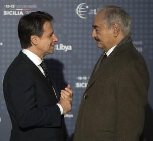 """L'incontro fra Conte e Haftar nella foto ufficiale (ANSA): pare che Haftar abbia definito il premier Conte """"un amico affidabile"""". Haftar era un generale di Gheddafi, tanto valido da suscitarne la gelosia... Quando la meteora del Muammar precipitò, Haftar contribuì alla sua fine. Non può dirsi, però, che la grande Libia abbia ritrovato il suo """"ago della bilancia"""""""