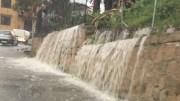 """Una cascata improvvisata a Castelvetrano. Un'alta calamità per la Sicilia. Ma tutta Italia ...fa acqua. Non si contino i miliardi occorrenti per """"la perfezione"""", ma s'inizino i lavori, uno per uno. Partendo dall'emergenza più evidente."""