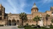 """L'esterno della cattedrale di Palermo: un merletto... E' il risultato - nel corso di molti anni - del gusto di vari architetti, fra cui il grande Venanzio Marvuglia, palermitano, architetto di fiducia dei Borboni, come  il Vanvitelli a Napoli: Marvuglia gestì a livello europeo il passaggio fra il barocco e il neoclassico e si esibì nell'invenzione della """"Casina Cinese"""", anticipando di molto la moda delle  """"cineserie"""". All'esterno, in prevalenza gotico e gotico fiorito. Marvuglia è il solo a cedere alla tentazione di ...ornati arabeggianti. Notiamo la presenza di un timpano (simbolo dello stile classico) e della cupola neoclassico - barocca. Il risultato è decisamente eclettico ma di raffinata eleganza.  L'impostazione di base è normanna. Un'originalità è data dal fatto che a fare da facciata è la fiancata della chiesa, che non ha mai avuto assolutamente nulla dell'antica moschea a propria volta ricavata nell'antico duomo. Ovviamente cristiano."""