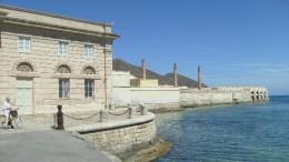 """Uno scorcio del grande complesso della Tonnara Florio di Favignana, oggi museo. Per """"tonnara"""" si intende un diritto (di pesca),  ma anche l'impianto a terra (in questo caso vi si svolgeva anche la lavorazione), poi l'impianto a mare, uno a terra e,infine, il periodo (i giorni) in cui ha luogo (es....c'è tonnara): trattasi dunque di un termine dai tanti significati."""