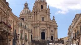 La splendida chiesa barocca a Ragusa Ibla: è costruita in posizione asimmetrica rispetto alla piazza: ciò esprime la caduta delle certezze (e quindi della simmetria) che erano appartenute al Rinascimento. (G.Sc.)