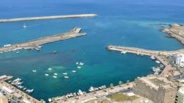 Un'immagine dall'altodel porto di Pantelleria com'è. Un antico molo romano è visibile semisoffolto in mezzo al porto e - allo stato attuale - costituisce anche pericolo...