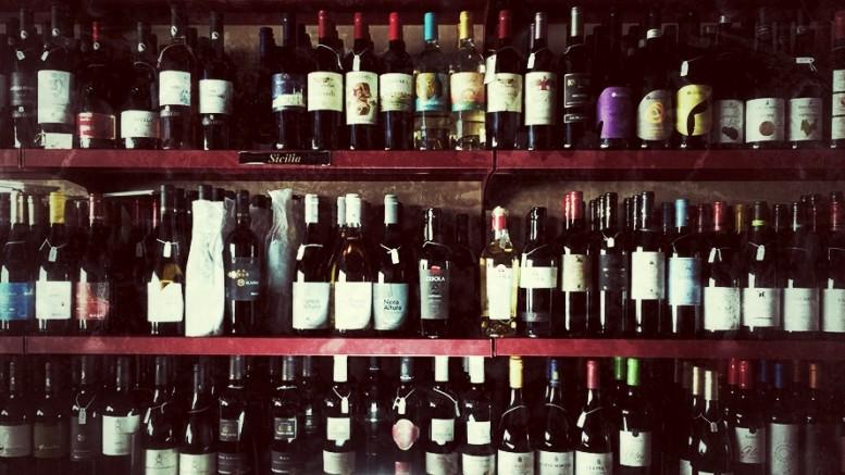 La Sicilia è stata inserita dagli osservatori fra Piemonte e Trentino fra le tre regioni d'Italia il cui vino è più richiesto. Il Lambrusco d'Emilia resta il vino più venduto in Italia. Ciò la dice lunga sulla tenuta delle tradizioni al di là delle mode. Il lambrusco non è solitamente considerato una raffinatezza ma presenta anch'esso una gamma di qualità. Il grosso degli acquirenti non ha,del resto, che una cultura vinicola molto approssimativa. Il consiglio è: informatevi sul serio e poi seguite il vostro gusto. Il vino è un piacere, tale deve restare, ma è meglio bere a ragion veduta: sapendo che cosa si beva. Quanto al successo di un vino, fondamentali il canale di vendita e le azioni di marketing e di pubblicità.