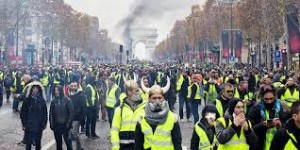 Gli Champs Elisées trasformati in un campo di battaglia. I francesi vorrebbero occupare di nuovo le Tulieries ola la Bastiglia, se ci fosse ancora... C'è chi teme che l'Italia li imiti se dovessero aumentare i carburanti o le imposte dirette.