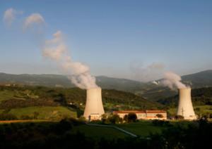 Geotermia Enel in Italia. E' chiaro anche dalla foto che venga fuori solo il vapore che muove le turbine dei generatori.Il resto delle emissioni appartengono ai ritmi di madre natura e non subiscono variazioni.