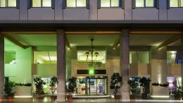 L'ingresso dell'Hotel Ibis Styles in via Francesco Crispi è la più frequente sede delle riunioni della Fiv Regionale (VII Zona velica). All'assemblea partecipano il consigliere nazionale Ignazio Pipitone di Marsala e il presidente regionale Francesco Zappulla di Catania, assieme ai rappresentanti di tutti i club.