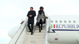 Renzi e signora scendono in Nevada dall'aereo presidenziale per l'inaugurazione della centrale geotermica costruita da ingegneri e maestranze italiane.
