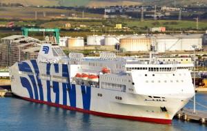 Una grande Ro-Pax (gommato e passeggeri) al'ormeggio a Termini Imerese. Arrivi dek genere provengono già da porti come Voltri, Civitavecchia, Salerno...