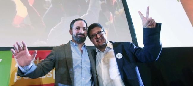 """Santiago Abascal (con la barba), premier di Vox in Spagna, esprime la sua gioia a Francisco  Serrano, premier andaluso, dopo l'affermazione elettorale . Potranno formare il governo locale con i popolari, a lungo primo partito nel """"dopo Franco"""". I popolari hanno governato con Aznar e Rajoy..."""