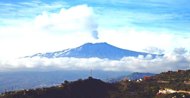 L'Etna in eruzione emette - fra l'altro - una quantità di CO2  in pochi giorni tale da surclassare quella di  tutte le canne fumarie e gli scappamenti automobilistici del mondo.