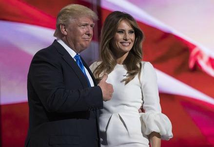 Trump con la splendida moglie Melania, quasi un'italiana (emerse come modella a Milano).