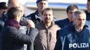 Un sorriso per la stampa: nemmeno da arrestato  Battisti perde la propria ironia da mitomane. Forse è ancora contento di ...figurare.