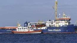 """La Sea Watch accostata da un mezzo della Guardia Costiera. Salvini: """"missione compiuta, ora indagare sulla Ong!"""""""