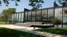 Strutture in acciaio e vetri, perché gli interni partecipino della realtà esterna, della vista su un lago etc.