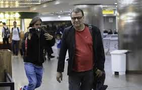 Battisti come un manager, paparazzato in aeroporto: non gli sono mai mancati i soldi per vivere e viaggiare , facendo perdere le sue tracce.