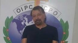 La foto che ha fatto il giro del mondo: Battisti arrestato dall'Interpol n Bolivia.