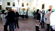 La presidente Sandra La Porta e la consigliera Lydia Gaziano del Movimento per la Vita di Palermo intrattengono gruppi di ospiti nella mattinata di domenica nella mostra in sacrestia a Santa Maria della Pietà.
