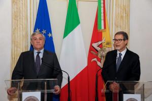 Prima tappa a palazzod'Orleans:Tajani e Musmeci si intrattengono a parlare a porte cihuse, poi ricevono la stampa nella sala con le con le colonne.