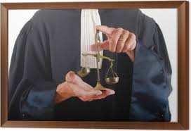 """Justitia: la bilancia è il simbolo della giustizia uguale per tutti. Di regolai """"ricchi"""" sono favoriti per aver avvocati più bravi.E' una legge di natura che vige anche fuori dai tribunali.Questi,però, devono giudicare solo in base al """"merito"""" e alla colpevolezza rispetto alla legge e giustificare la decisione."""