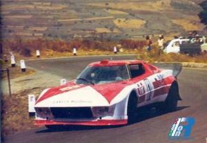 """La Lancia Stratos , qui in versione rosso Italia, ha vinto anche la targa Florio 1974 con l'equipaggio italo francese Ballestrieri -Larrouse. L'anno prima era stata seconda con Munari-Andruet dietro la Porsche di Muller e davanti a quella di Kinnunen. Giorgio Munari vinse quella del 1972 come """"secondo"""" di Mezario su Ferrari."""