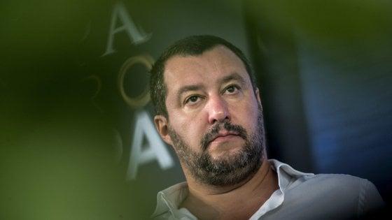 """Matteo Salvini, vice premier e ministro degli interni, tiene duro: Il Consiglio dei Ministri ha approvato all'unanimità il """"Decreto Salvini"""" in materia di sicurezza e immigrazione. """"Per i richiedenti asilo - ha annunciato il ministro dell'Interno - lo stop alla domanda si avrà in caso di pericolosità sociale o condanna in primo grado"""". """"Con un passaggio - ha precisato il premier Giuseppe Conte - anche all'autorità giudiziaria"""". E il volitivo  'ex nordista' con sempre più seguito intorno, aggiunge: ripulirò anche l'Italia dai campi rom."""