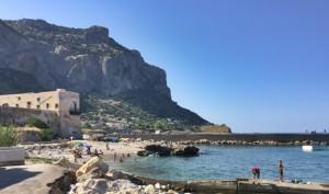 Mattinata alla Vergine Maria con bagnanti nel golfo di Palermo.