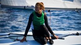 Le donne, sempre più a proprio agio  a bordo dei Laser, utilizzano il modello a vela Radial.  Qui una timoniera attende a riposo...