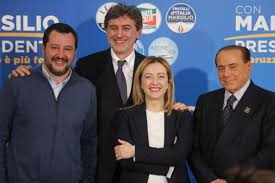 Foto ricordo della coalizione vincente: nuovamente uniti Salvini,Meloni e Berlusconi.