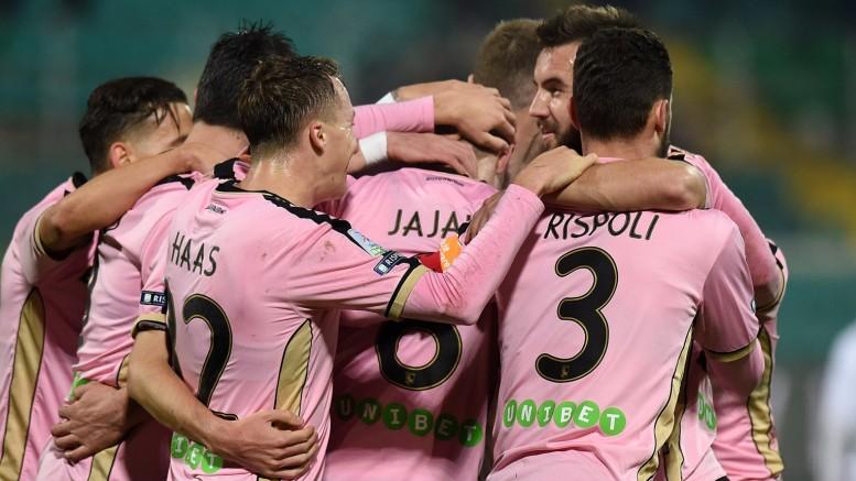 La gioia è tutta rosa dopo il gol...