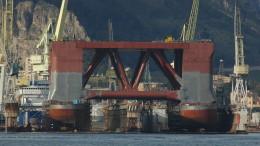 Enorme piattaforma petrolifera in bacino alla Fincantieri di Palermo. Il cantiere palermitano si sta attrezzando per ospitare piattaforme sino alla più grande del mondo.