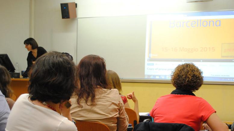 Una lezione ideale: la docente adopera una lavagna luminosa collegata ad un pc portatile.