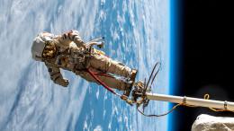 Il tentativo di esplorare lo spazio ha un contenuto eroico. Infatti, eroica è l'idea e altrettanto lo è l'affrontare l'impresa nello specifico. Ma lo spazio -nei suoi segreti lontani - si indaga meglio attraverso telescopi, satelliti e navette spaziali dotate di occhi elettronici e sofisticate apparecchiature radio...