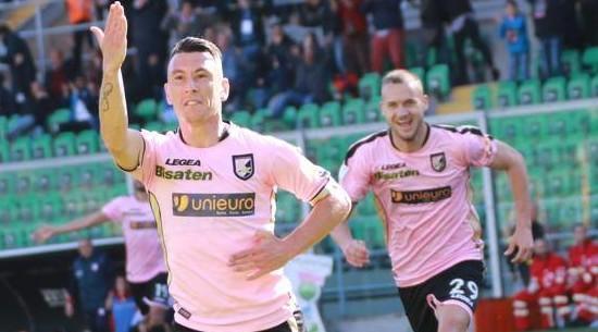 Esultanza di Falletti che sblocca la partita del 4 - 1 al Carpi.