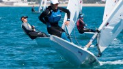 Di bolina un concorrente evita la scuffia, mollando la scotta e sporgendosi dalla barca...