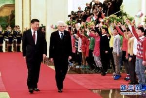 """Mattarella ha visitato in Cina Xi Jinping. Non è l'unico: da Berlusconi a Renzi, a Gentiloni hanno tutti teso la mano a Pechino. Adesso """"la Montagna viene a Maometto. Speriamo bene. Secondo chi scrive lo sarà e grande."""
