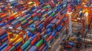 """Containers sugli enormi  piazzali di un moderno porto. Attendono d'essere caricati. Ovvio che il """"gommato"""" non riuscirebbe a smaltirli, né sarebbe opportuno, né salubre. Come, dunque, trasportarli giornalmente via terra?"""
