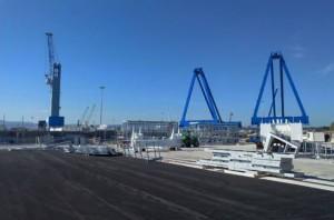 """Uno scorcio dellomsconfinatoporto i Augusta, il più grande porto naturaled'Europa: 16 mt di fondo natuarale,adattoal gigantismo navale. SDa qui lo sviluppo del """"petrolchimico"""" e l'arrivo di miriadi di gassiere e petroliere."""