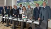 Foto ricordo: al centro la A.D. Curella. Alla sua destra il presidente Giliberti. Mostrano soddisfatti  il documento di sponsorizzazione appena sottoscritto.